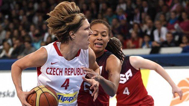 Česká basketbalistka Jana Veselá (vlevo) se snazží udržet míč před Seimone Augustusovou během přípravného zápasu s USA.