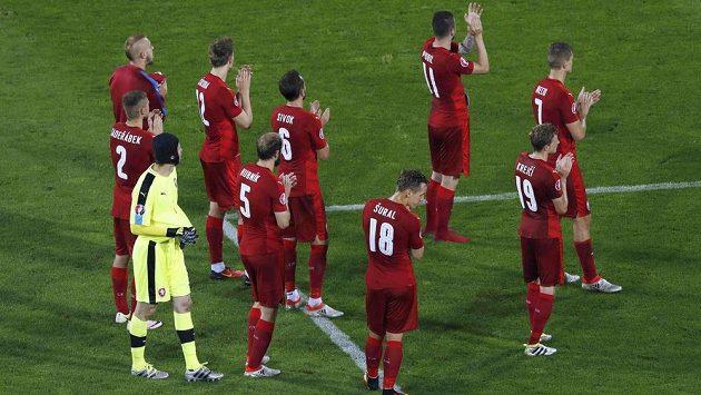 Zklamaní česští fotbalisté děkují fanouškům po porážce od Turecka.