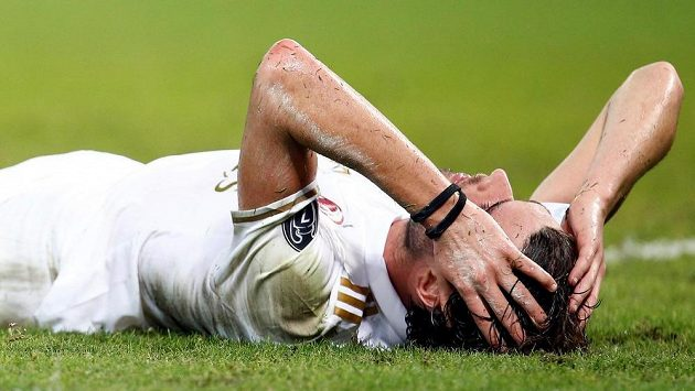 Zdrcený Andrea Poli z AC Milán po prohře 0:3 v ligovém duelu proti Janovu.