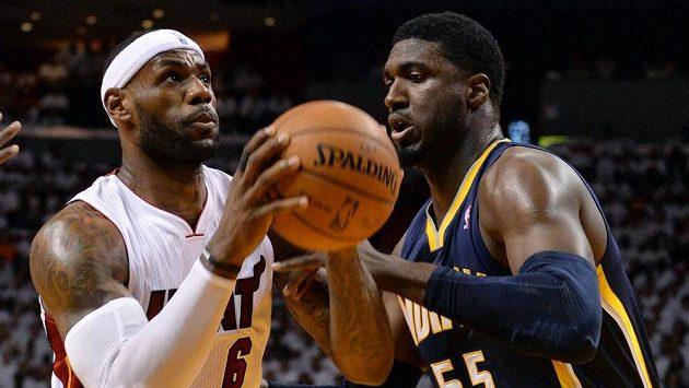 Hvězdou Miami byl opět LeBron James (vlevo), na snímku v souboji s Royem Hibbertem z Indiany.