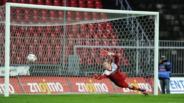 Brankář Znojma Vlastimil Hrubý inkasuje gól v utkání se Slováckem.