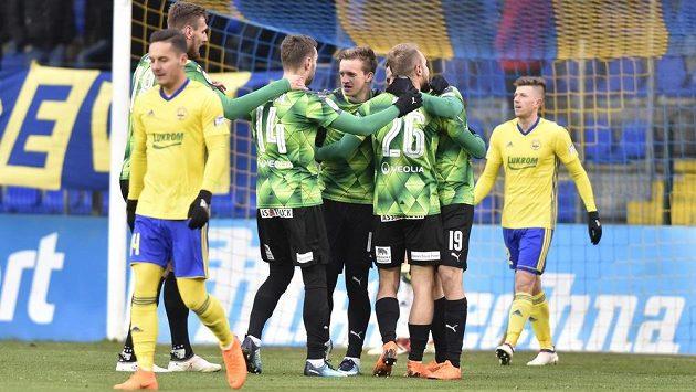 Hráči Plzně se radují z gólu Daniela Koláře (č. 26).