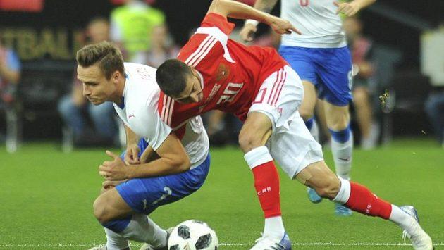Stanislav Tecl (vlevo) a Rus Aleksej Jonov při souboji v přátelském utkání v Rostově.