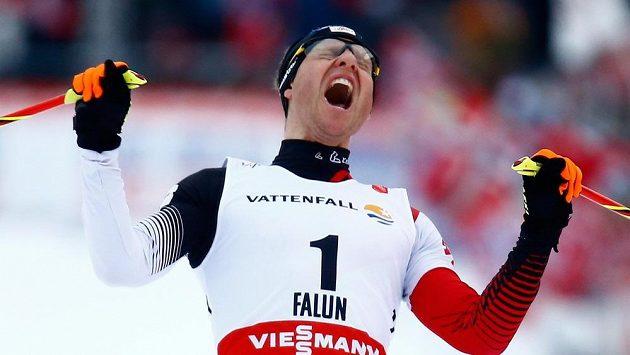 Bernhard Gruber z Rakouska se raduje z triumfu v severské kombinaci na MS ve Falunu.