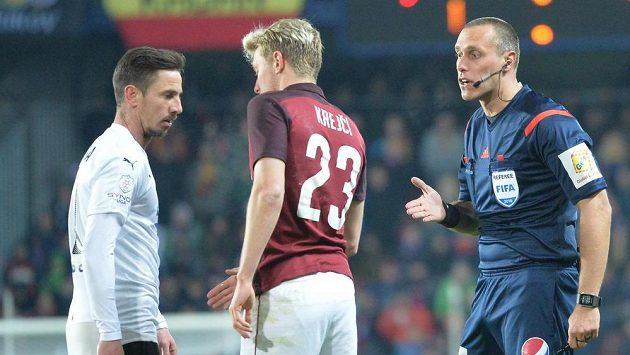 Hlavní rozhodčí Miroslav Zelinka napomíná Milana Petrželu z Plzně (vlevo) a Ladislava Krejčího ze Sparty v utkání 26. kola.