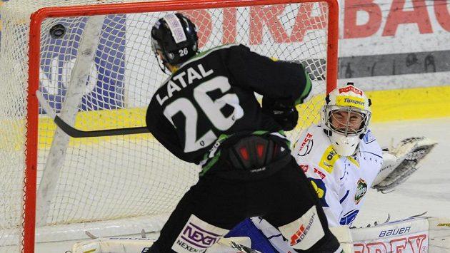 Martin Látal z Mladé Boleslavi dává gól brankáři Brna Marku Čiliakovi.