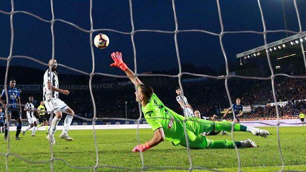 Mario Pašalič dává druhý gól Atalanty Bergamo v ligovém duelu s Udine.