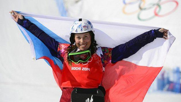 Eva Samková slaví zlatou olympijskou medaili ze snowboardkrosu.