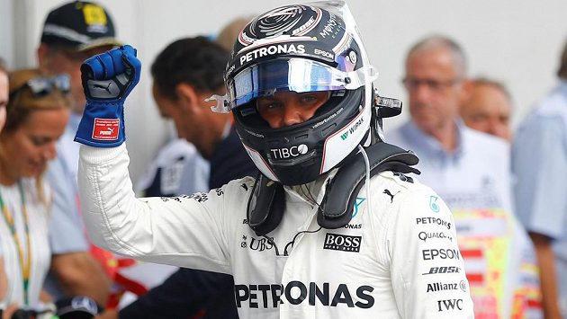 Valtteri Bottas oslavuje svůj triumf v kvalifikaci na Velkou cenu Rakouska.