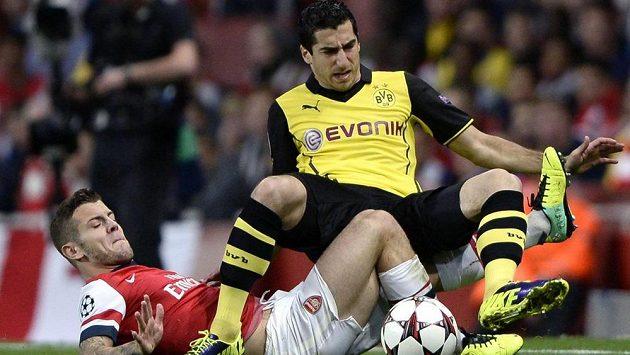 Takhle si Henrik Mchitarjan z Dortmundu osedlal Jacka Wilshera z londýnského Arsenalu.