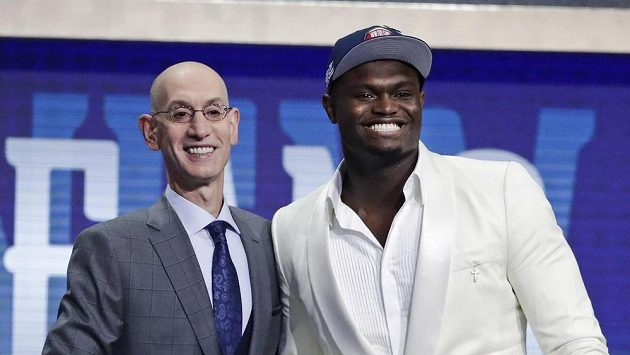 Zion Williamson (vpravo) a komisionář NBA Adam Silver.