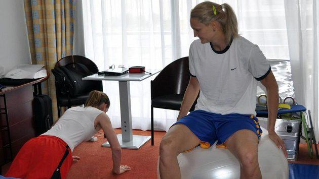 Alena Hanušová (vlevo) a Petra Kulichová na pokoji kondičního trenéra v hotelu ve francouzském Mouilleron-le-Captif, kde jsou ubytovány české basketbalistky na mistrovství Evropy.