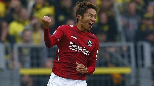 Záložník Hannoveru Hiroši Kijotake se raduje ze vstřelení gólu do sítě Dortmundu.