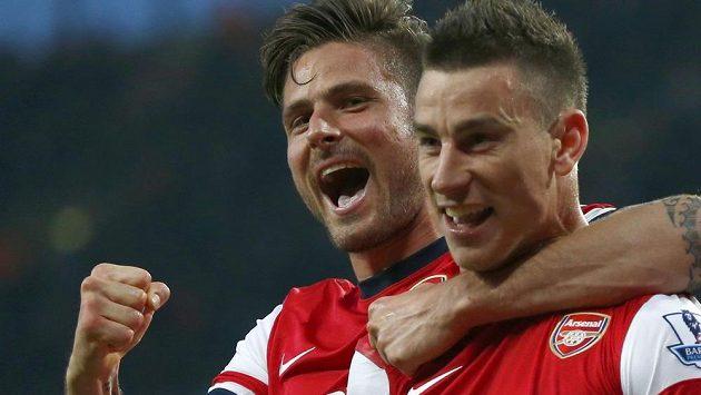Laurent Koscielny (vpravo) slaví se spoluhráčem z Arsenalu Olivierem Giroudem svoji trefu v ligovém duelu proti Newcastle.