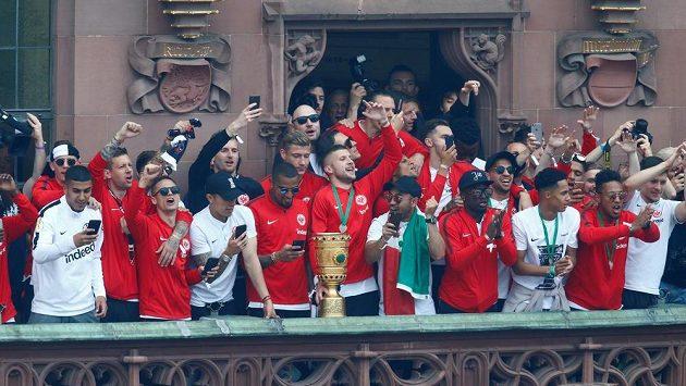 Fotbalisté Frankfurtu při oslavách nedávného vítězství v Německém poháru.