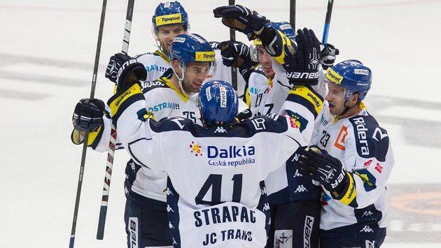 Hokejisté Vítkovic se radují z výhry.