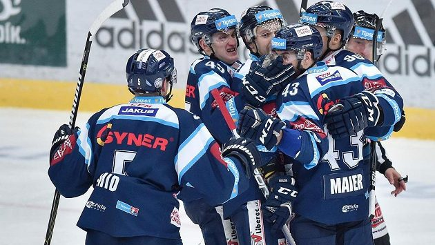 Hráči Liberce se radují z prvního gólu.