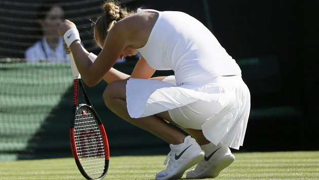 Zklamání Petry Kvitové ve Wimbledonu. S oblíbeným turnajem, který už v minulosti dvakrát vyhrála, se letos loučí už po prvním zápasu.
