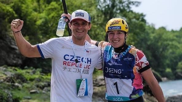 Oslava s trenérem Lukášem Kubričanem, vodní slalomářka Tereza Fišerová (vpravo) je mistryní Evropy do 23 let. Zdroj: Instagram\fiserka123