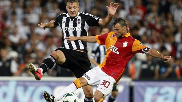 Český obránce Tomáš Ujfaluši (vpravo) ve službách Galatasaraye Istanbul v souboji s Batuhanem Karadenizem z Besiktase