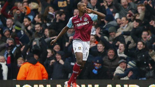 Modibo Maiga z West Hamu se raduje ze vstřelení gólu do sítě Chelsea.