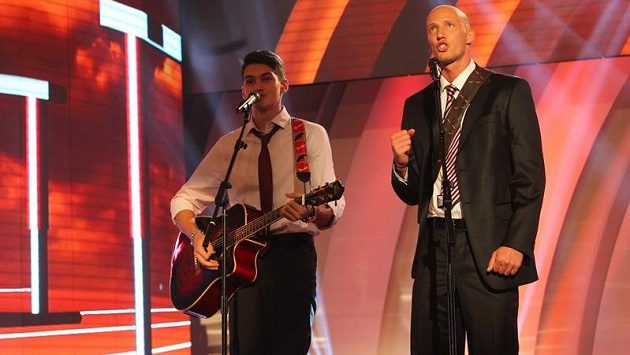 Zpívající překážkář Petr Svoboda (vpravo), doprovázený na kytaru Davidem Sklenářem.