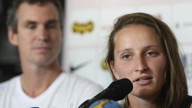 Markéta Vondroušová na tiskové konferenci. V pozadí její trenér Jan Hernych