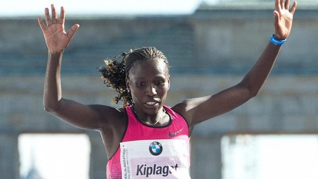 Keňanka Florence Kiplagatová probíhá vítězně cílem loňského ročníku maratónu v Berlíně.