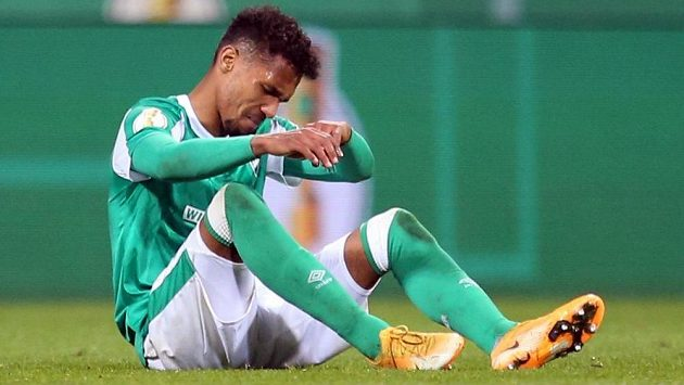Smutný obránce Theodor Gebre Selassie poté, co jeho Brémy prohrály v prodloužení semifinále Německého poháru s Lipskem.
