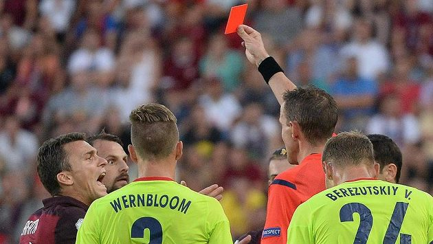 Marek Matějovský (druhý zleva) nevěří vlastním očím. Sudí Paolo Mazzoleni mu ukazuje červenou kartu za zákrok na Fernandese.