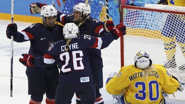 Brianna Deckerová (vlevo) oslavuje svůj gól proti Švédkám se spoluhráčkami Kendall Coyneovou a Amandou Kesselovou.