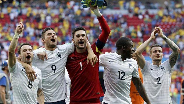 Francouzští reprezentanti zleva Mathieu Valbuena, Olivier Giroud, Hugo Lloris, Rio Mavuba a Mathieu Debuchy oslavují postup do čtvrtfinále MS přes Nigérii.