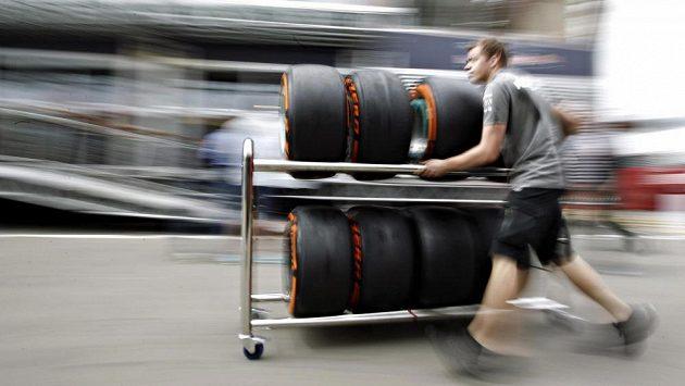 Mechanik převáží pneumatiky Pirelli v paddocku formule 1 při Velké ceně Katalánska.