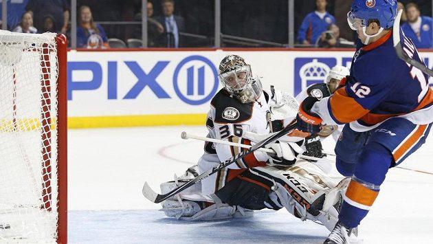 Brankář Anaheimu John Gibson nic nezmohl, Josh Bailey z NY Islanders si v prodloužení pohrál se všemi a rozhodl o výhře 3:2.