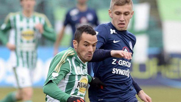 Eldar Civič ze Slovácka (vpravo) se snaží zastavit Rafaela Acostu z Bohemians.