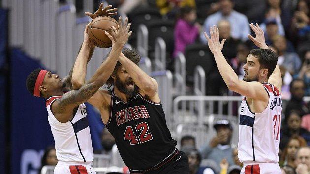 Hráči Washingtonu Bradley Beal (vlevo) a Tomáš Satoranský se snaží zastavit Robina Lópeze z Chicaga.