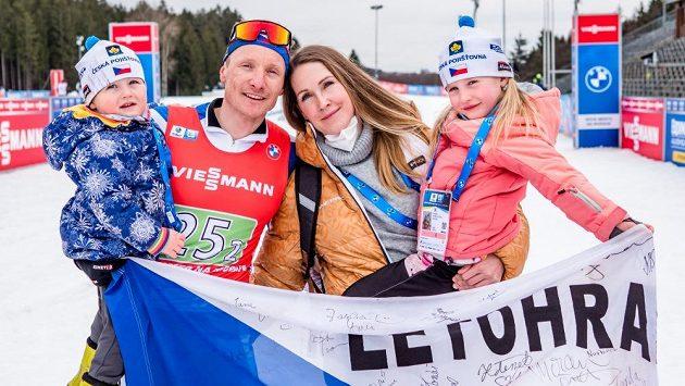 V cíli posledního závodu v Novém Městě čekalo Ondřeje Moravce dobře utajené, a o to větší překvapení: manželka Veronika, dcera Rozálie a syn Ondřej.