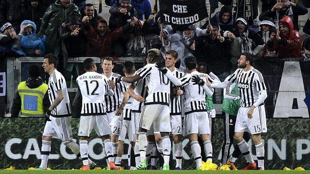 Fotbalisté Juventusu slaví gól proti Interu Milán v zápase 27. kola italské Serie A.
