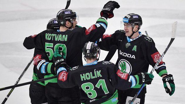 Hráči Boleslavi se radují z druhého gólu v síti brněnské Komety. Středočeši nad úřadujícím mistrem vyhráli 5:2.