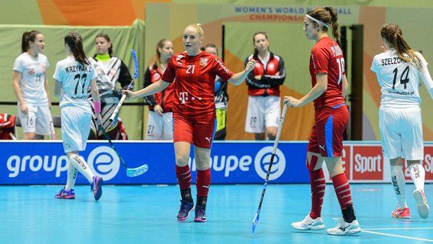Martina Řepková (vlevo), Magdaléna Plášková a jejich radost po gólu do polské sítě.