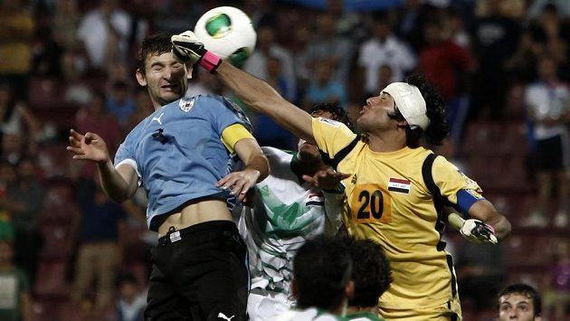 Brankář Iráku Mohammed Hameed (vpravo) v souboji s uruguayským obráncem Gastonem Silvou.