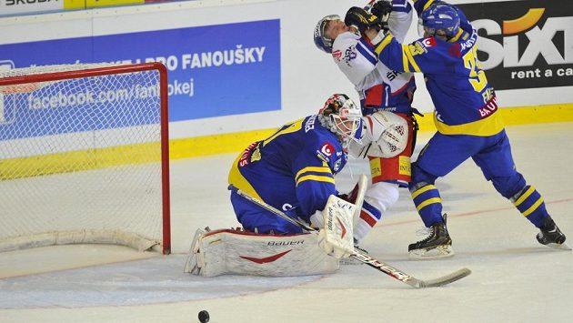 Český hokejový útočník Petr Vrána (uprostřed) v souboji s Eliasem Fälthem ze Švédska. Vlevo brankář Johan Gustafsson.