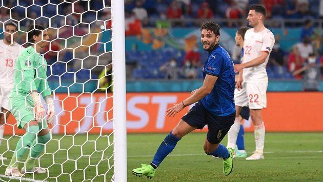 Ital Manuel Locatelli dává gól proti Švýcarsku na EURO.