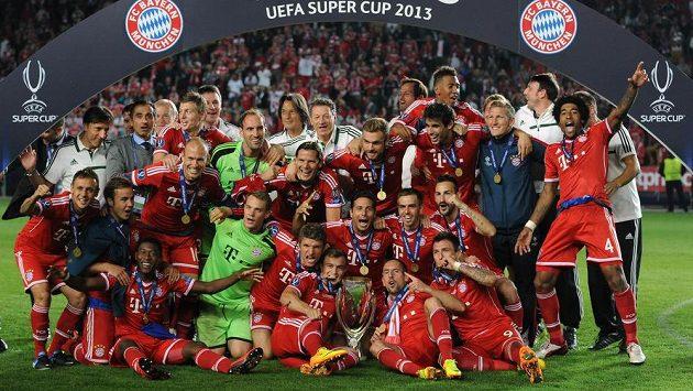 Hráči Bayernu Mnichov slaví výhru v evropském Superpoháru, když ve finále v pražském Edenu porazili po penaltách Chelsea 3:2.