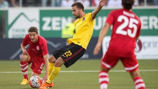 Záložník Sparty Praha Josef Hušbauer střílí gól na 2:0 proti Thunu.