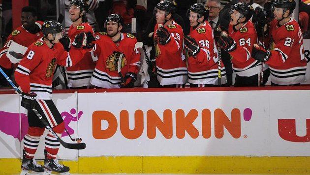 Český útočník Chicaga Blackhawks Dominik Kubalík (8) slaví se spoluhráči svůj gól v utkání NHL - ilustrační foto.