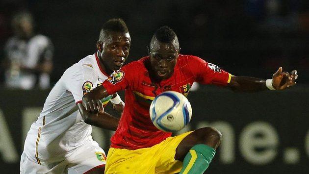 Modibo Maiga (vlevo) z týmu Mali a Issiaga Sylla z Guiney. Jejich souboj na trávníku skončil smírně, los poslal na mistrovství Afriky dál guinejský tým.