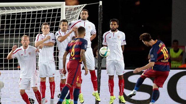 Lionel Messi z Barcelony (zcela vpravo) střílí z přímého volného kopu gól do sítě Sevilly.