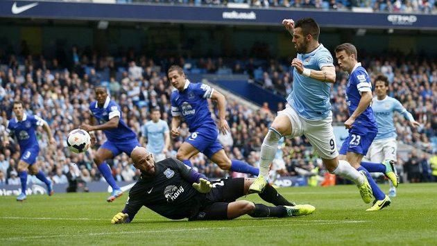 Alvaro Negredo z Manchesteru City překonává brankáře Evertonu Tima Howarda.