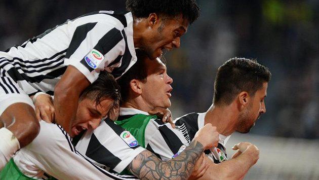 Hráči Juventusu slaví během duelu s Boloňou.